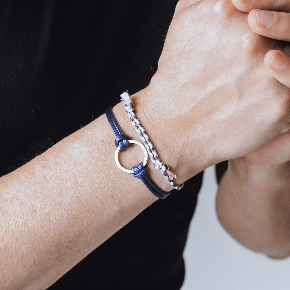 Nato Cuff – Bracelet Geometric cercle coton cire bleu au poignet